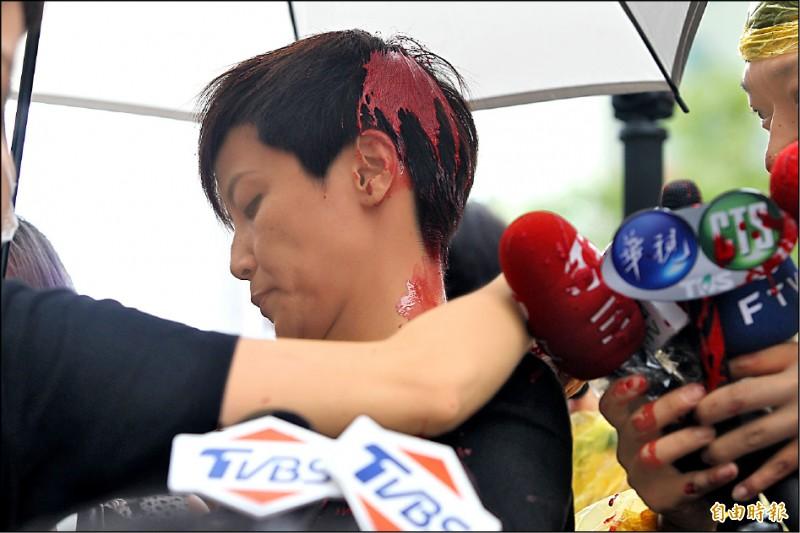 香港歌手何韻詩昨參加九二九台港大遊行,遭統促黨主委從後方潑紅漆攻擊。(記者塗建榮攝)