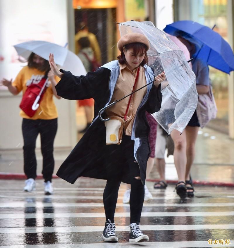中央氣象局下午8點30分發布,臺東已脫離米塔颱風暴風圈,臺中以北、宜蘭、花蓮風雨持續中,馬祖風雨亦將逐漸增強。(記者塗建榮攝)