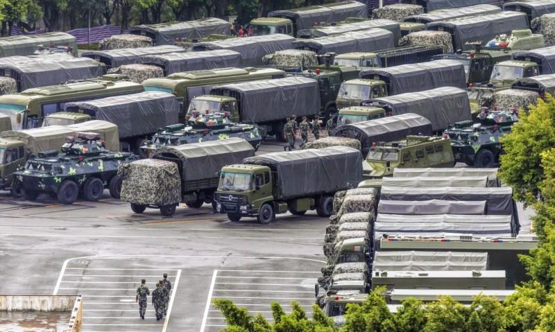 中國駐港兵力自抗爭開始以來,從原本的3千到5千人,暴增到1萬至1萬2千人。圖為大量武警車輛駐紮深圳。(資料照,歐新社)
