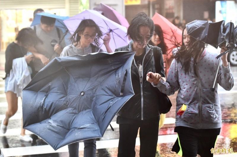 目前台東以脫離其暴風圈,台中以北、宜蘭、花蓮風雨持續中,馬祖風雨亦將逐漸增強。(記者涂建榮攝)