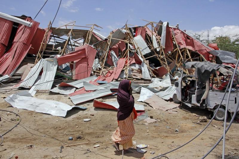 索馬利亞週一有美軍基地遭到恐怖組織「青年軍」以汽車炸彈襲擊,隨後還傳出連續槍響,附近的歐盟維和部隊也在同日遭襲。(美聯社)