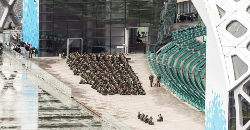 中國政府過去一個月內已調遣數千名兵力,以卡車、裝甲車、公車或船隻進入香港,圖為中國武警聚集深圳。(資料照,歐新社)