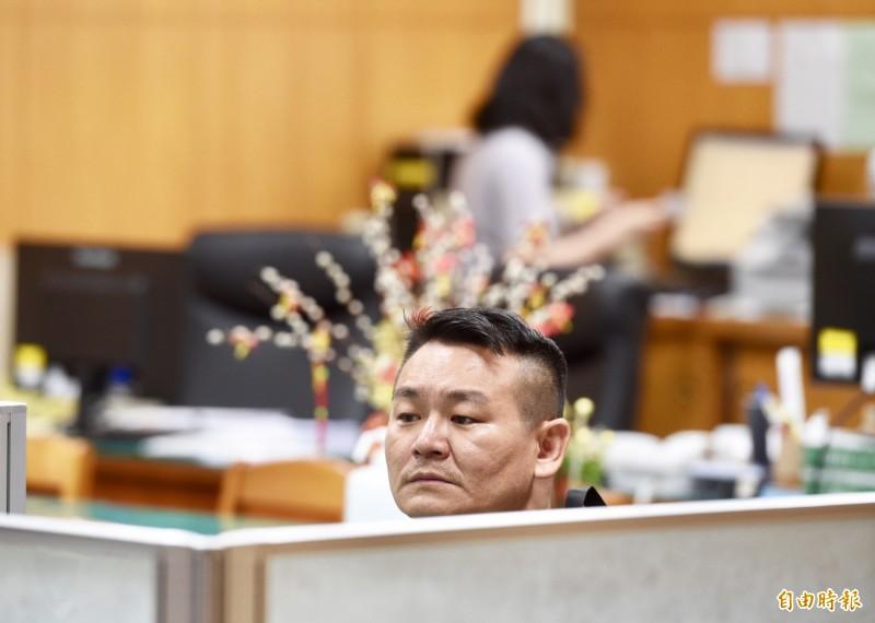 胡志偉(見圖)被法院裁定20萬元交保,他辯稱當時不知潑到的對象是何韻詩。(記者羅沛德攝)