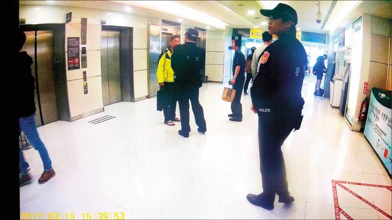 客委會主委李永得(穿黃夾克者)穿夾腳拖外出買東西,被警盤查要求出示證件卻未說明原由。(資料照)