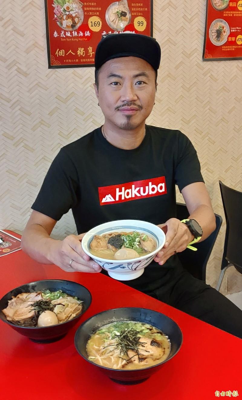 吳偉庭表示,招牌的「雞白湯頭」口味清爽,鮮甜又富膠原蛋白。(記者張菁雅攝)