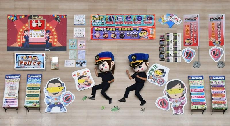 中市警察局犯罪預防科開箱文沒有槍,而是大頭警察娃娃與仿真的大麻葉(圖下),堪稱是「非典型」開箱文。(記者張瑞楨翻攝)