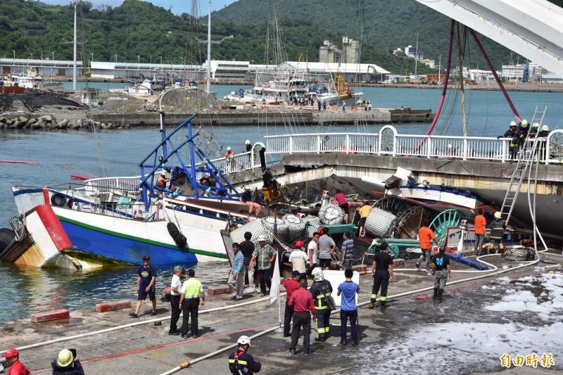 江姓船東所有的3艘漁船被壓在斷橋下,粗估損失至少1.9億元。(記者張議晨攝)