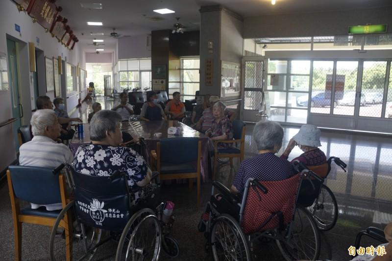 養護院老人目前僅能繞行顛簸路段外出就醫。(記者黃佳琳攝)