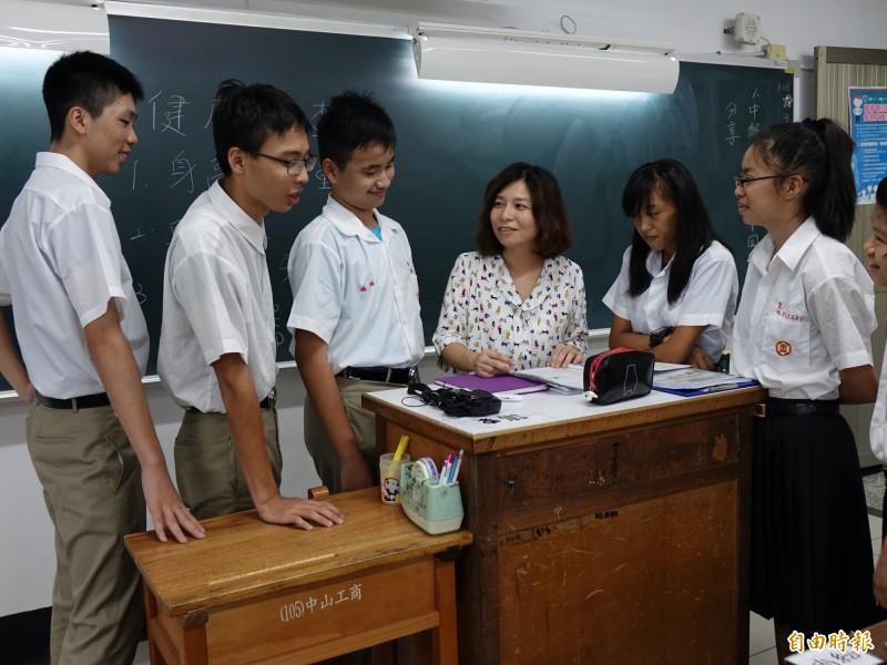 蕭珀如(左4)與學生互動融洽。(記者洪臣宏攝)