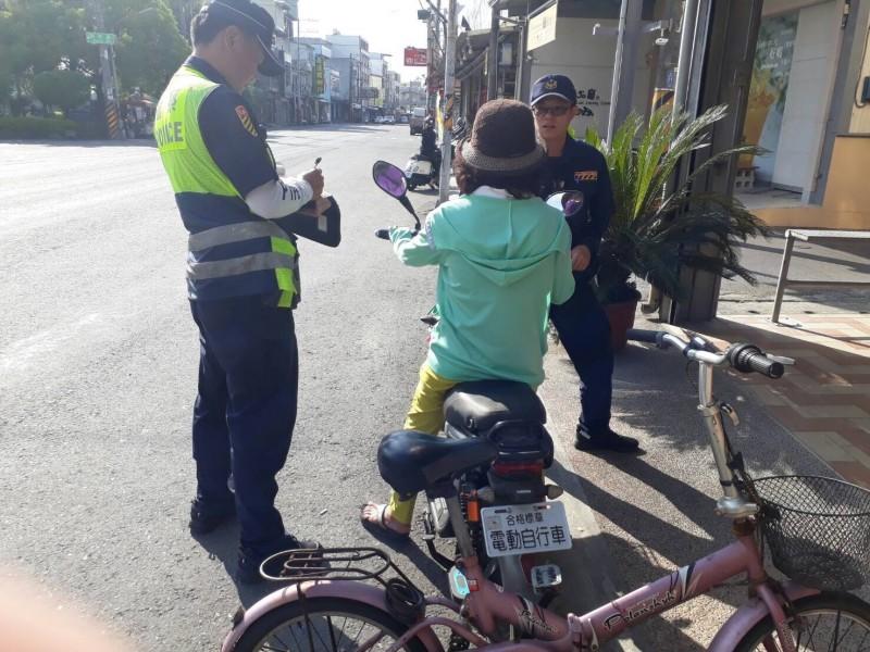 騎電動自行車未戴安全帽罰300元,屏東警方加強取締違規。(記者李立法翻攝)