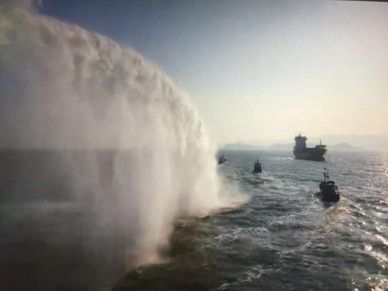 金門海巡隊以強大水柱驅離中國漁船。(圖由金門海巡隊提供)