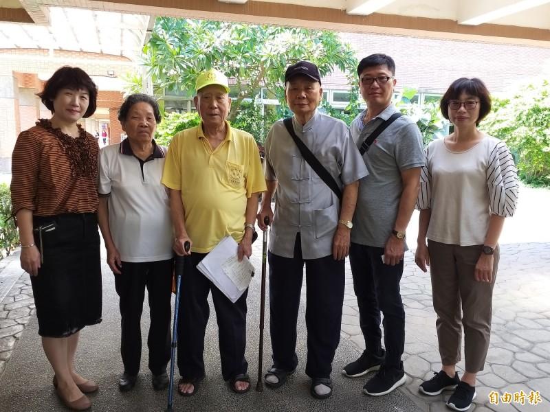 台北市高齡84歲的楊文龍(右三),40多年來偕同道親到全台各地捐款救濟貧戶、社福機構,善行也來到新竹縣香園教養院。(記者廖雪茹攝)