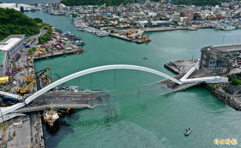 南方澳跨港大橋今天斷裂,引發恐慌,瘋傳「目前全台有188座危橋有安全疑慮,其中50座得拆掉重蓋」,交通部澄清,目前沒有須拆掉重建的「危橋」,港務公司17座擬納評鑑抽檢。(記者羅沛德攝)