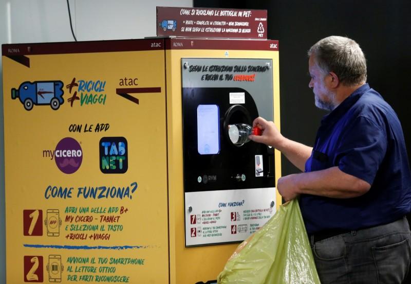 義大利首都羅馬在3個車站裝設塑膠瓶回收機,讓乘客投入空瓶換取免費的地鐵票。(路透)
