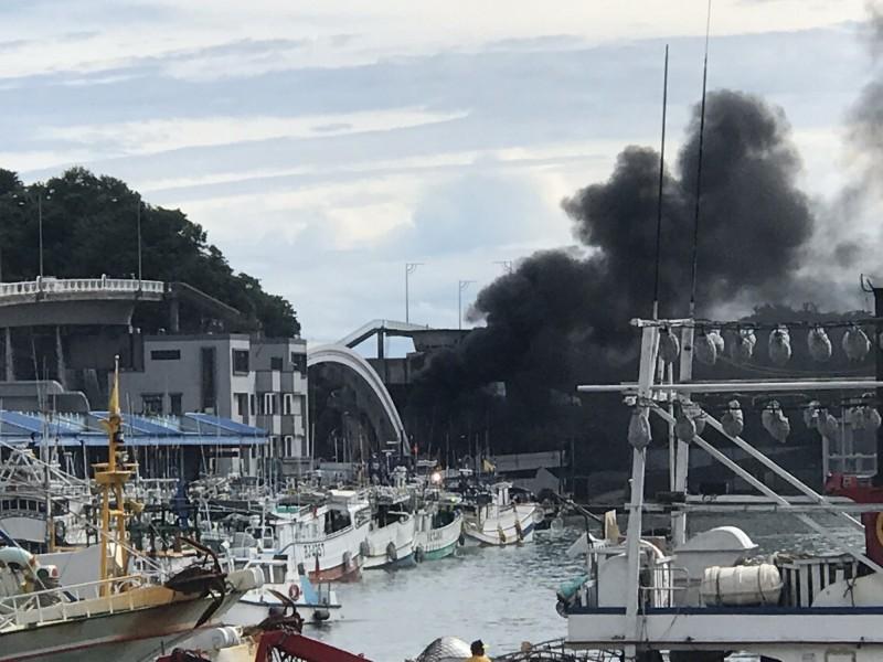南方澳跨港大橋斷裂,至少壓垮3漁船還波及油罐車起火。(讀者提供)