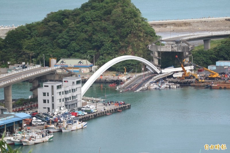 南方澳大橋坍塌。(記者王錦義攝)