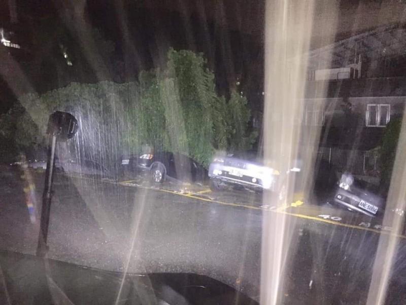 北市北投區昨晚傳出停車場轎車陷落。(記者鄭景議翻攝)