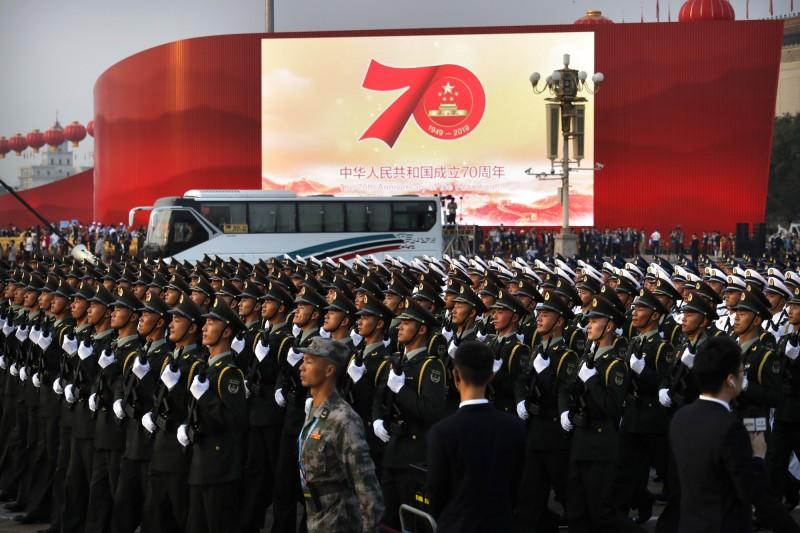 學者認為,中國國慶對台灣人來說是「中國以獨裁政權模式在展現國力」。(美聯社)