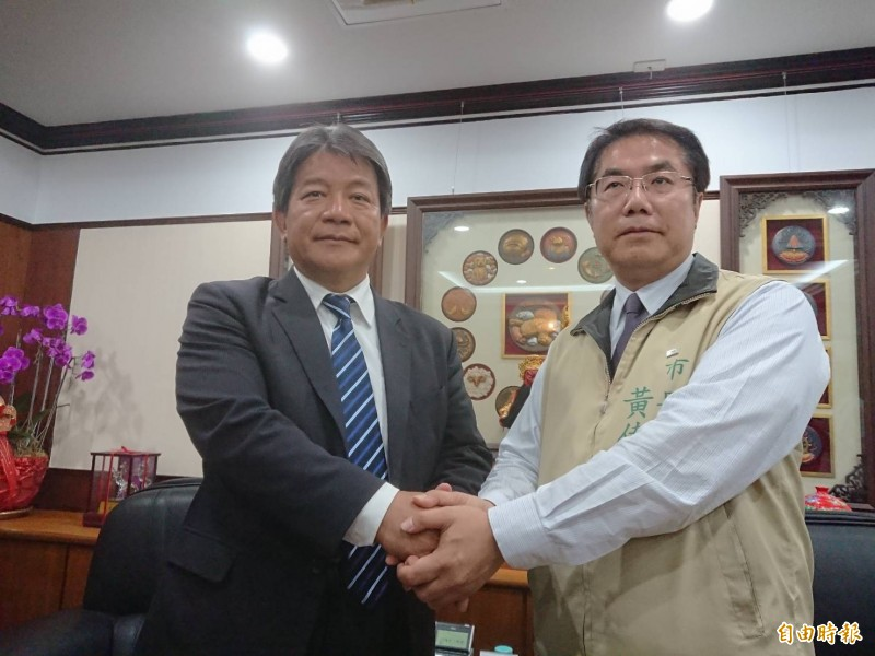 台南市長黃偉哲(右)明天將到市議會拜會議長郭信良(左),溝通明年度總預算,市議會發新聞稿說永遠打開與市府溝通大門。(資料照)
