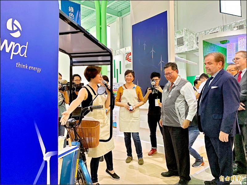 市長鄭文燦(前排右二)帶領歐洲商會成員參觀農博綠色方舟館。 (記者許倬勛攝)