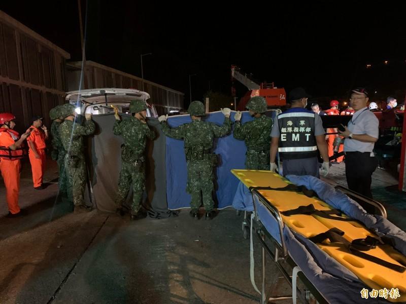 救難人員運送第3具在13號碼頭找到的遺體。(記者林敬倫攝)
