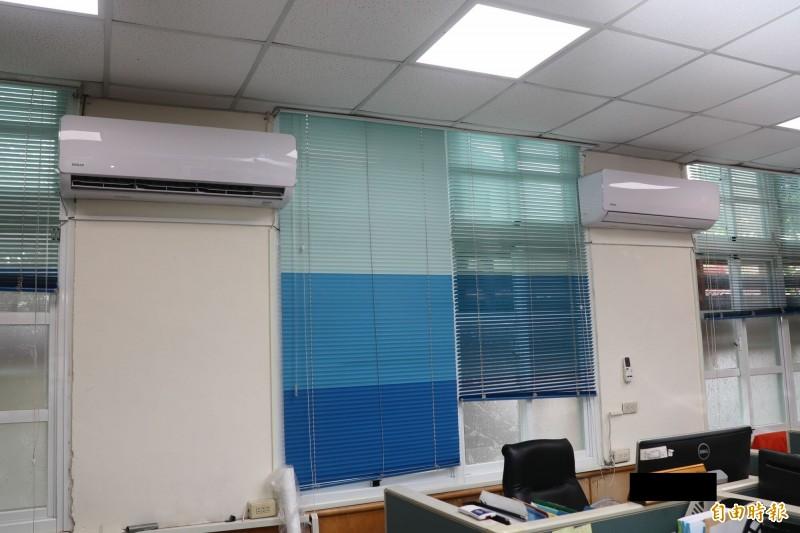 高雄市國中小教室裝設冷氣(圖)進度落後。(記者黃旭磊攝)