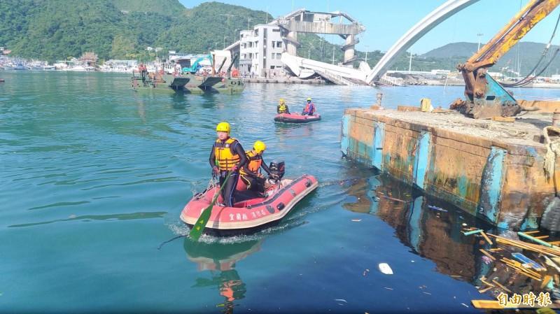 救難人員打撈IMPANG GEORGE JAGMIS的遺體。(資料照,記者林敬倫攝)