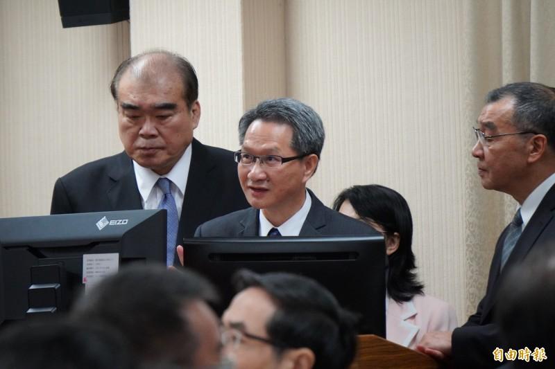 移民署長邱豐光(左)立院外交及國防委員會答詢。(記者涂鉅旻攝)