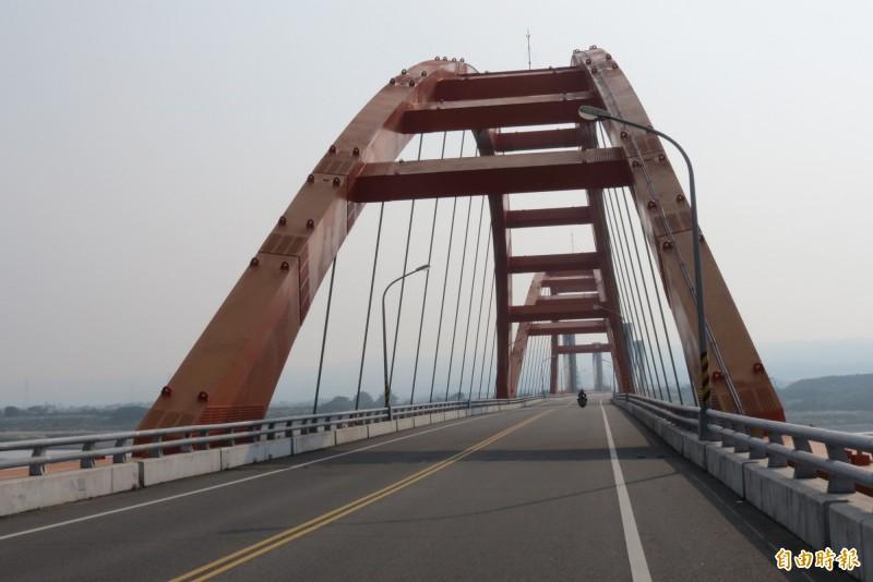 烏日溪尾大橋是三年前所建的新橋,在橋的每一條鋼纜索的錨定端內設有「壓力偵測器」,共300個(記者蘇金鳳攝)