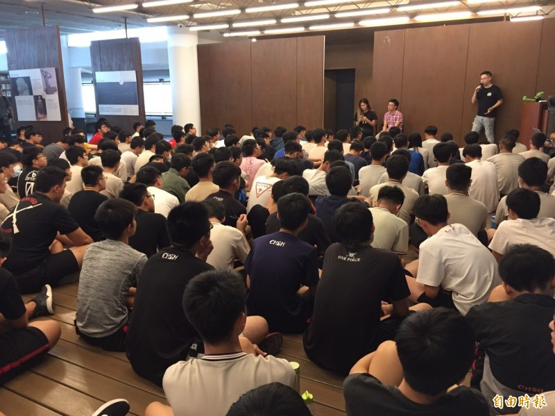 學生們席地而坐,擠在圖書館內聽講,感受香港學生幾個月來街頭抗議的辛苦。(記者張聰秋攝)