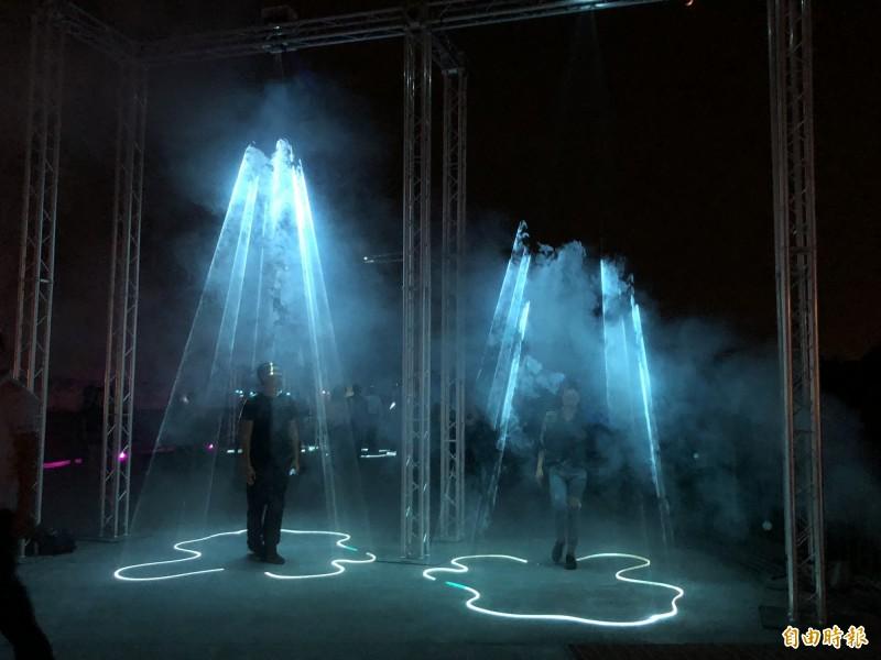 光影在參觀者身上變化。(記者羅欣貞攝)