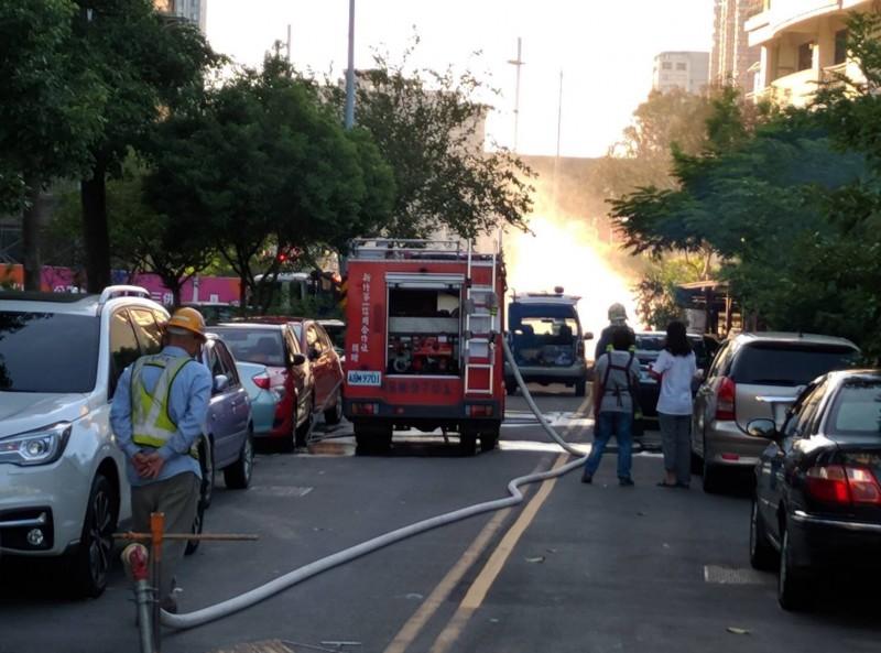 新竹縣府包商昨天下午在高鐵附近挖斷瓦管,竟在某幼兒園前發生「噴火」意外,消防車在場灑水全力警戒的場景,傷透了幼兒園家長們的心。(記者黃美珠翻攝)