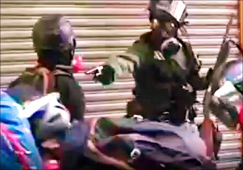 港警昨首度對反送中人士發射實彈,並近距離(紅圈處)朝一名高中生胸口開槍。(圖:取自網路)