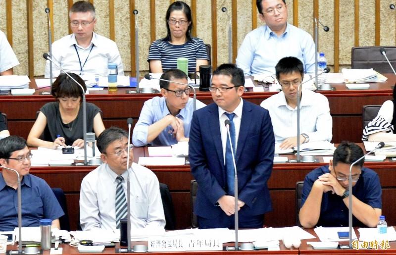 高雄市首任青年局長林鼎超(站立者)到議會答詢。(記者許麗娟攝)