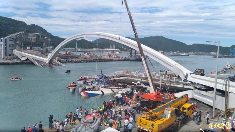 宜蘭南方澳大橋昨日發生倒塌意外。(記者江志雄攝)