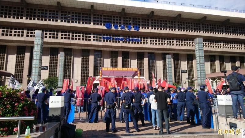 統促黨於台北車站非法集會慶祝中共十一國慶,警方出動大批警力包圍戒備。(資料照,記者陳鈺馥攝)