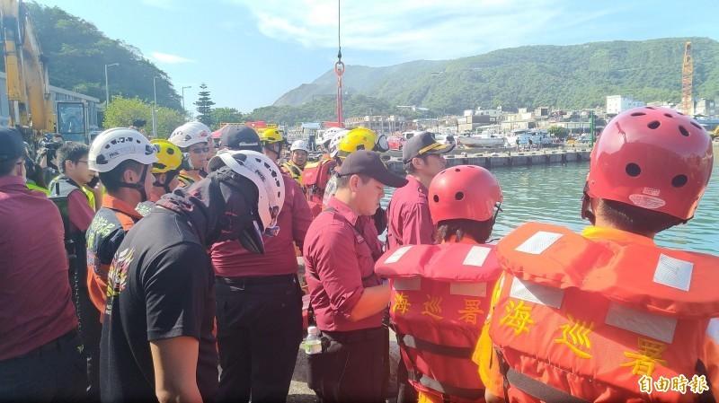 搜救人員在岸邊打撈第4具漁工遺體上岸。(記者江志雄攝)