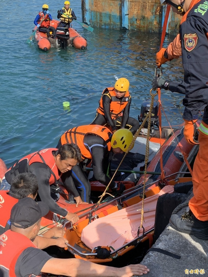 搜救人員在蘇澳港13號碼頭海域,發現第4具外籍漁工遺體。(記者林欣漢攝)