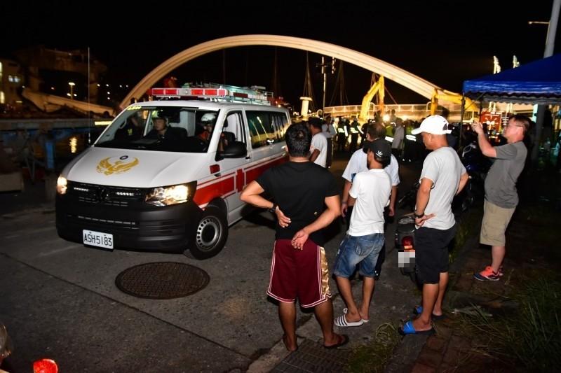 被壓在漁船船艙內的失聯移工遺體被救護車送往蘇澳榮民醫院,久候關心搜救結果的同鄉送好友最後一程。(記者張議晨攝)