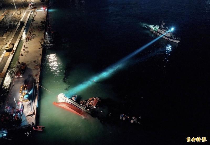 南方澳跨港大橋1日發生斷橋意外,搜救人員將壓在橋下的船拖至蘇澳港尋找失蹤者。(資料照,記者羅沛德攝)