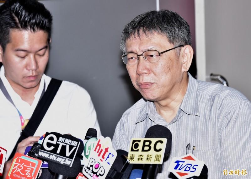 作家楊索痛批,台北市長柯文哲(見圖右)對於統促黨未經核准搭台集會「輕輕放下」,證明支持統促黨。(記者塗建榮攝)