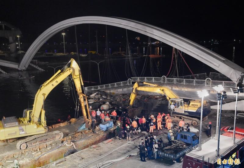 南方澳大橋1日發生坍塌導致3艘漁船被困橋下,救難人員持續夜間進行搜救工作。(記者朱沛雄攝)