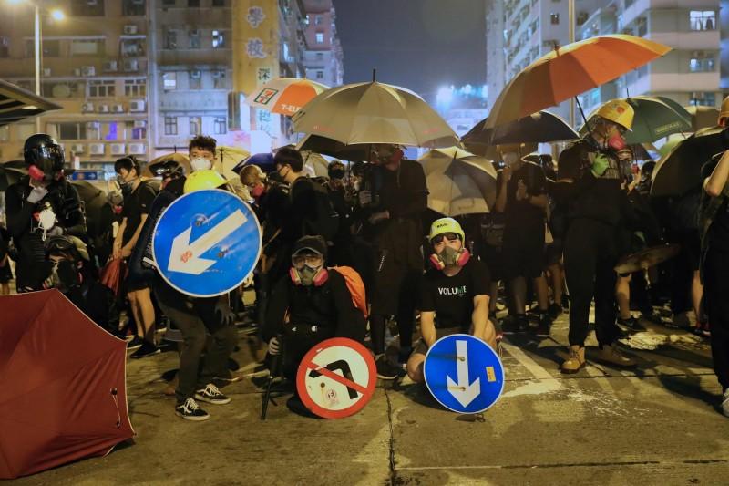 王丹表示,很多台灣網友嘆息「不知道還能為香港做什麼」,他認為台灣人民明年要用選票讓中共支持的候選人慘敗。(法新社)