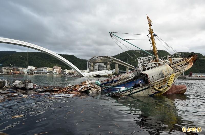 南方澳跨港大橋1日發生斷橋意外,搜救人員將壓在橋下的船拖至蘇澳港尋找失蹤者。(資料照)