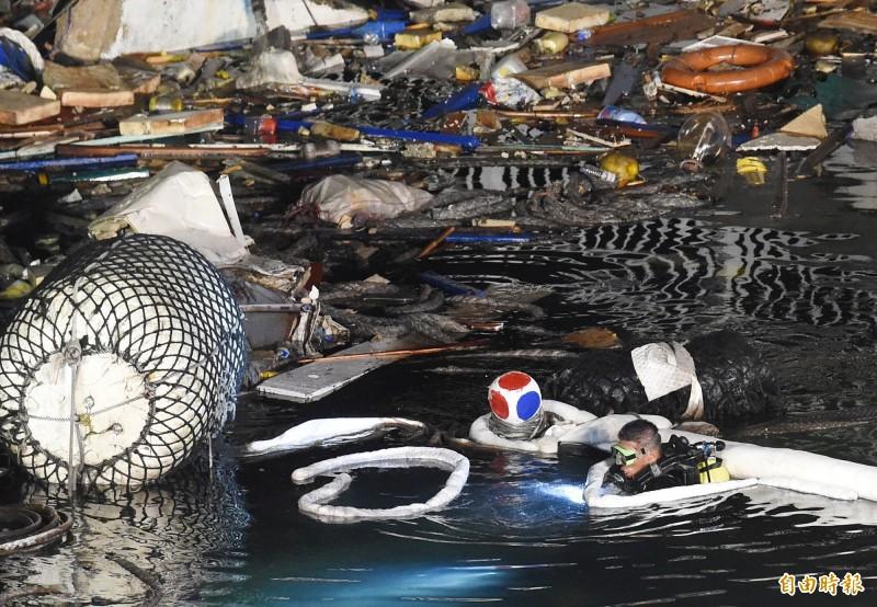 南方澳大橋1日發生坍塌導致3艘漁船被困橋下,潛水員在夜間下水協助救災工作。(記者朱沛雄攝)