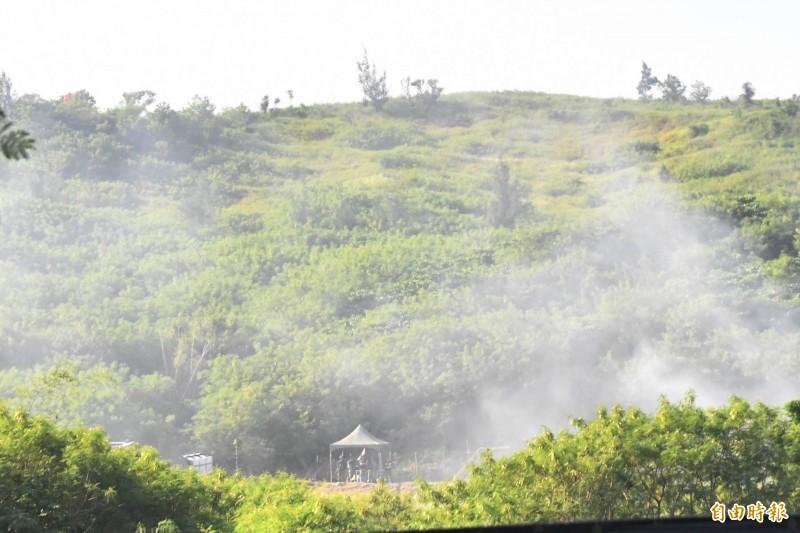 出火陣地火砲射擊就在縣道旁。(記者蔡宗憲攝)