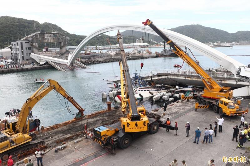 南方澳大橋坍塌死傷慘重,還有1名外籍漁工失聯,事發後,橋樑過去的維管問題,外界關切。(記者林敬倫攝)