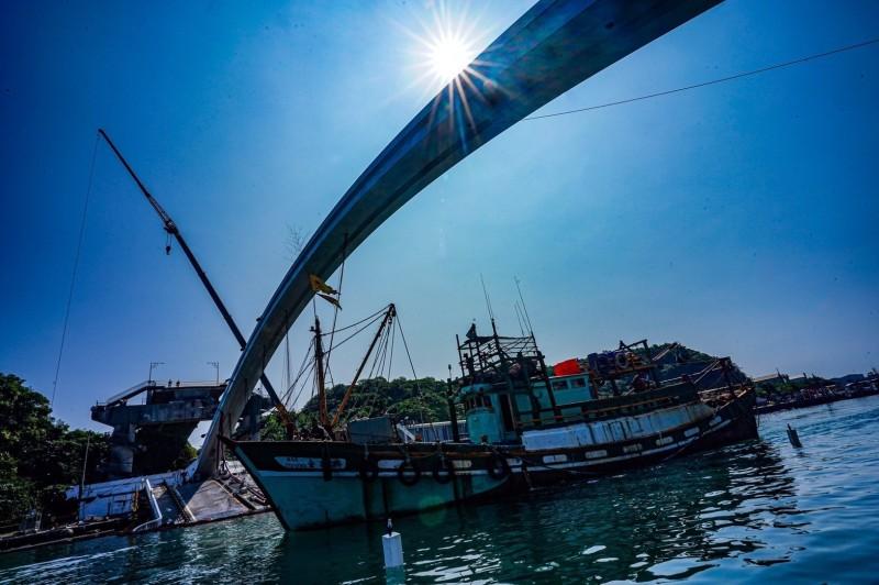 國防部安排測試漁船通過安全航道。(國防部提供)