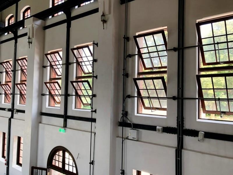 台南「山上花園水道博物館」窗戶透露時光故事。(南市副市長王時思提供)