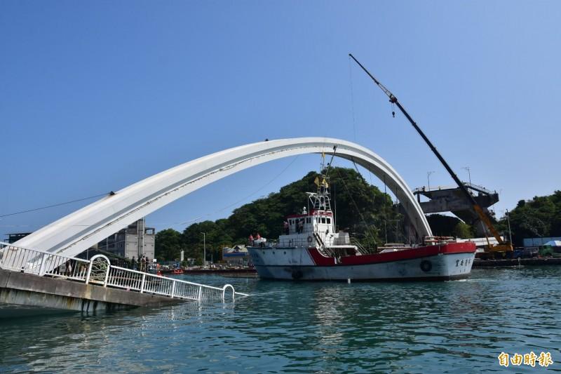 船高17公尺的宜安6號,差一點點通過臨時航道。(記者張議晨攝)
